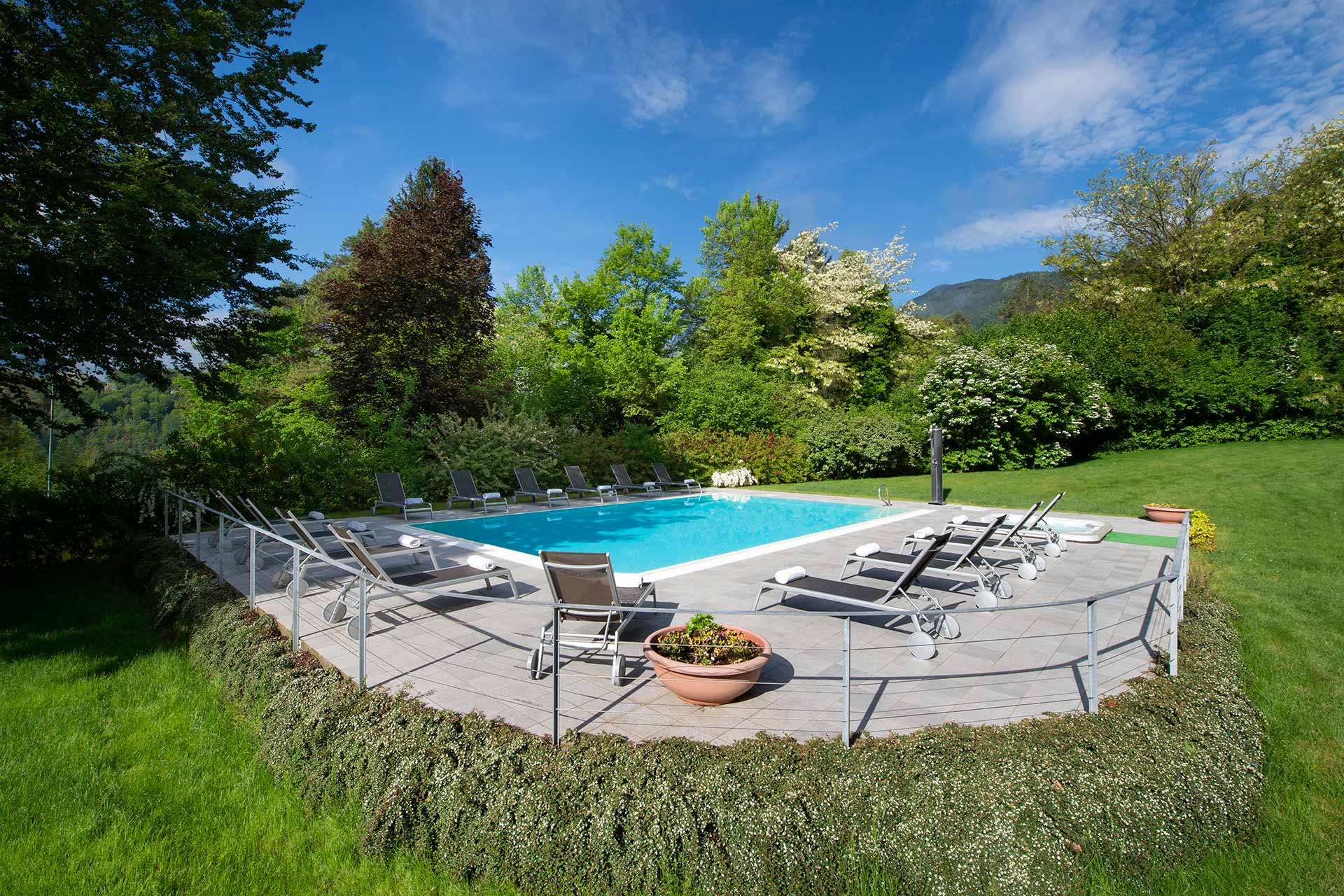Vital Hotel Flora | Piscina con giardino